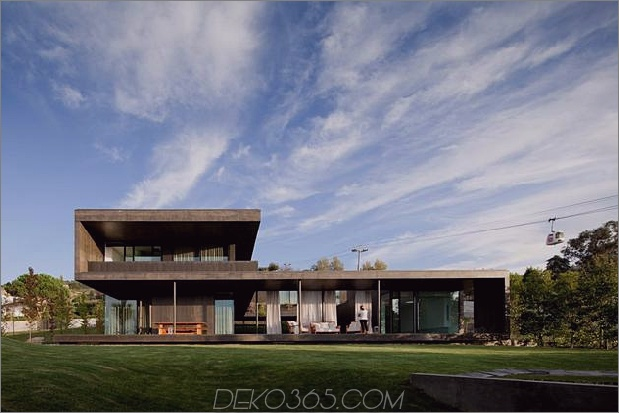 schwarzes Zuhause mit hellem Interieur in grasbewachsenen Hügeln gebaut 1 gerader Daumen vorne 630xauto 31950 Haus mit Indoor-Schwimmbecken
