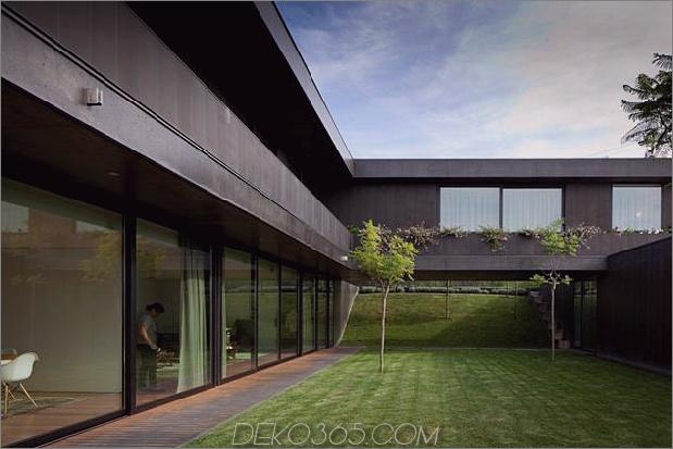 black-home-with-bright-interior-eingebaut in grasbewachsenen hang-6-courtyard.jpg