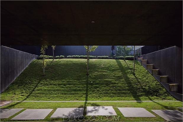 black-home-with-bright-interior-eingebaut in grasigen hügelhang-7-hill-between-walls.jpg