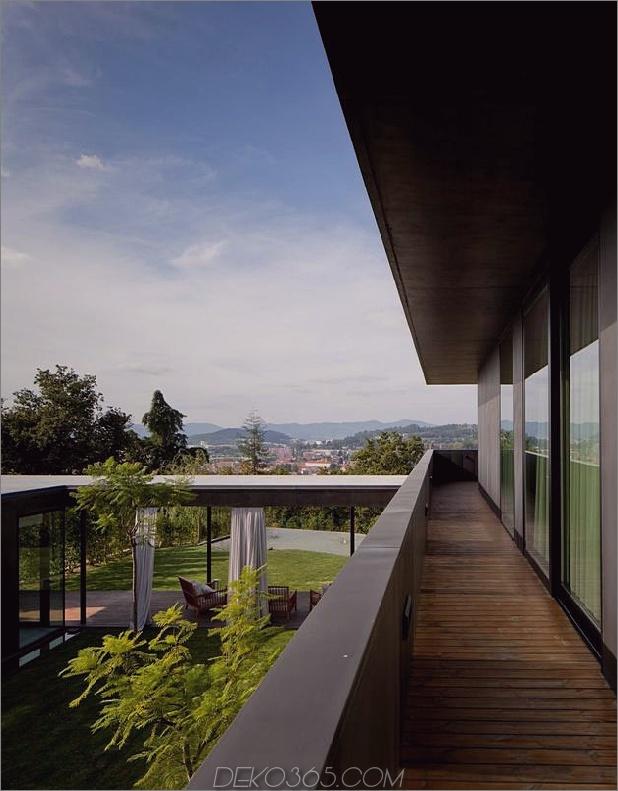 black-home-with-bright-interior-in-grassy-hillside-11-inside-upper-deck.jpg eingebaut