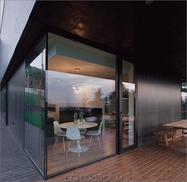 black-home-with-bright-interior-eingebaut in grasige hügelseite-12-eckzimmer.jpg