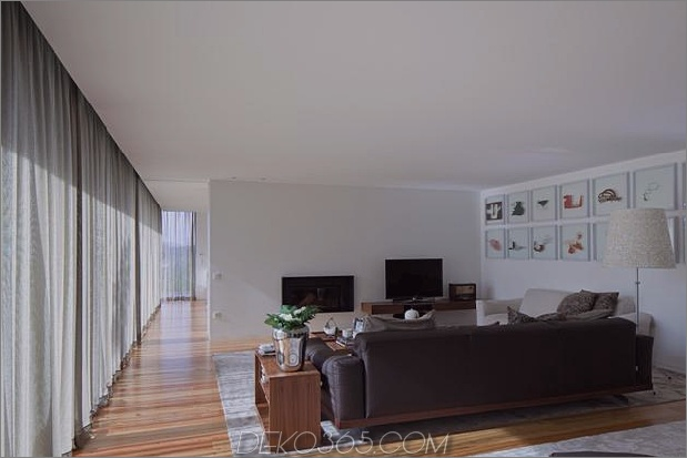 black-home-with-bright-interior-einbau in grasige hügel-20-wohnzimmer.jpg
