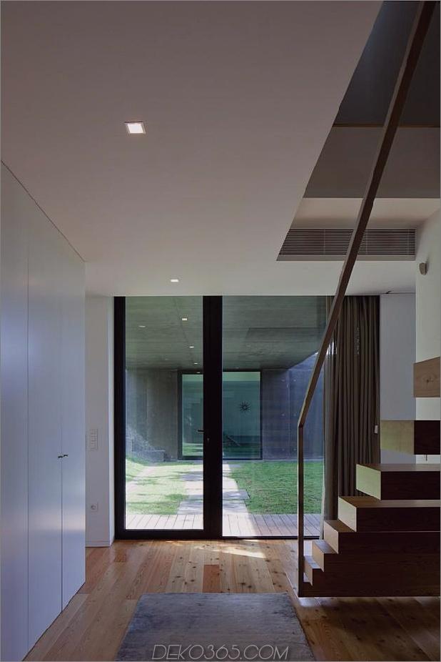 black-home-with-bright-interior-eingebaut in grasige hügel-22-schwimmende-treppen.jpg