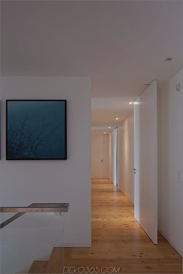 black-home-with-bright-interior-einbau in grasbewachsenen hang-24-oberflur.jpg