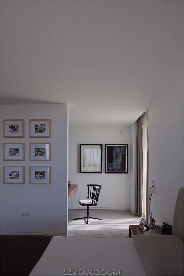 black-home-with-bright-interior-eingebaut in grasbewachsenen hang-25-bedroom.jpg